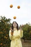 жонглируя женщина померанцев Стоковая Фотография