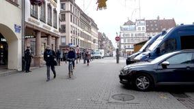 Журналисты и офицеры армии патрулируя город страсбурга видеоматериал