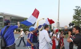 Журналисты BFMTV и вентиляторы французской национальной команды раньше Стоковое Фото