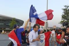 Журналисты BFMTV и вентиляторы французской национальной команды раньше Стоковое Изображение