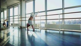 Журналист в sportswear делает успешную попытку стоять на руках в спортзале спорта сток-видео