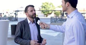 Журналист делая интервью видеоматериал