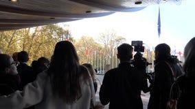 Журналист ждать ждать Emmanuel Macron, президент прибытия Франции