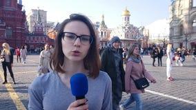 Журналист женщины и вручитель ТВ говорят в микрофон видеоматериал
