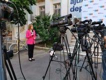Журналист на Digi24 перед камерами на штабах союзничества 2020 USR-PLUS в Бухаресте стоковое фото