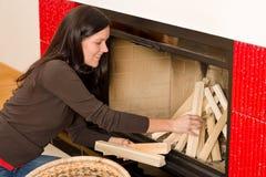 журналы камина счастливые домашние положили женщину зимы Стоковое Изображение RF