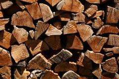 Журналы штабелированные в woodshed Стоковая Фотография