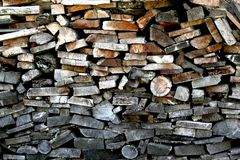 Журналы штабелированные в woodshed Стоковые Фото