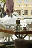 Журнальный стол для 2, уютная концепция бара просторной квартиры образа жизни с предпосылкой зимы стоковое изображение rf