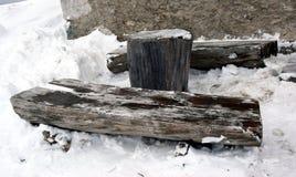 Журнал деревянной скамьи и снег в горах Dolomity, изображение зимы Стоковая Фотография RF