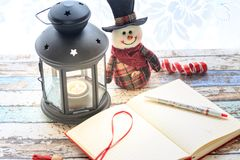 Журнал и с снеговиком и фонарик shinny Стоковое фото RF
