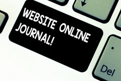 Журнал схематического вебсайта показа сочинительства руки онлайн Фото дела showcasing периодическое издание опубликованное внутри стоковая фотография rf
