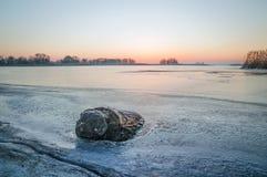 Журнал в замороженном озере, льде, ландшафте зимы Стоковое Изображение