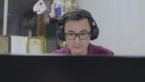 Журналист в наушниках пишет текст для videonews сток-видео