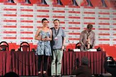 Журналист Andrey Plakhov награждает актрису Liliana Biamonte Стоковое Фото