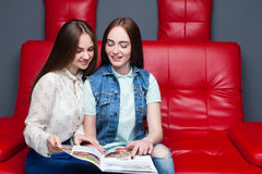 Журнал о моде взгляда 2 женский друзей Стоковые Изображения
