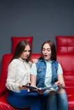 Журнал о моде взгляда 2 женский друзей Стоковое Изображение