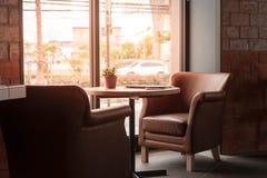 Журнальный стол в кафе с компьтер-книжкой Стоковое Изображение RF