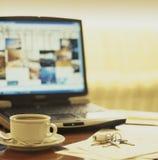 Журнальный стол гостиницы с компьтер-книжкой и ключами Стоковые Фото