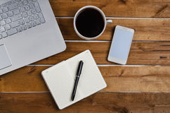Журнальный стол с компьтер-книжкой и тетрадью Стоковые Фотографии RF
