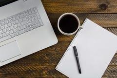 Журнальный стол с компьтер-книжкой и тетрадью Стоковая Фотография RF