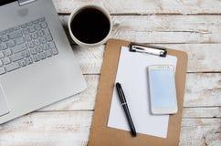 Журнальный стол с компьтер-книжкой и тетрадью Стоковое Фото