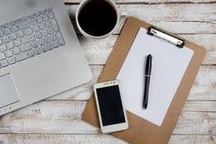 Журнальный стол с компьтер-книжкой и тетрадью Стоковое Изображение RF