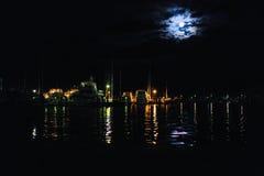 Жуткая луна над водой Стоковые Изображения RF