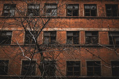 Жуткое рушась здание Стоковое Фото