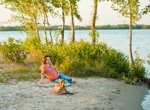 Ждать беременной женщины Стоковое фото RF