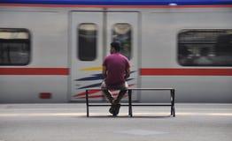 Ждать его поезд для того чтобы прийти стоковая фотография rf