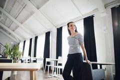 Ждать женщины ее обеда в современном кафе перерыв на чашку кофе, предыдущий завтрак, смешное настроение, изображение молодой мило Стоковое Изображение RF