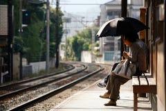 ждать поезда Стоковые Изображения RF