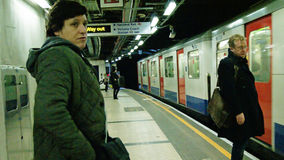 ждать поезда стоковые фото