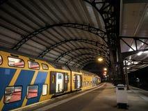 Ждать поезд в железнодорожной станции Стоковые Фотографии RF