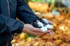 Ждать чудо, живот с беременностью, счастьем Стоковые Фотографии RF