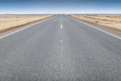 Заасфальтированная дорога пустыни Namibe вышесказанного anisette стоковое фото rf