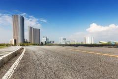 Заасфальтируйте здание дороги и города стоковые изображения rf