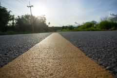 заасфальтируйте линию желтый цвет дороги Стоковое фото RF