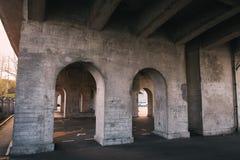 Заасфальтируйте пустую стоянку под мостом в вечере стоковые изображения