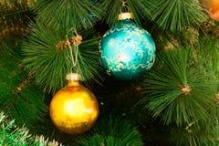 Забавляется шарики на рождественской елке Стоковые Фото