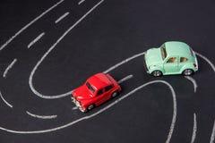 Забавляйтесь автомобиль красный и зеленый на дороге побеленной мелом на черной доске Стоковое Изображение