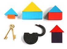 Забавляйтесь дома, 2 золотых ключа и padlock, на белой предпосылке Стоковое Изображение RF