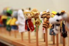 Забавляйтесь марионетки на деревянных ручках для театра питомника preschool, стоя в ряд Театр марионетки Стоковые Фото