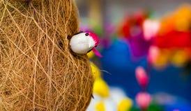 Забавляйтесь птица ткача baya внутри своего basha pakhi r babui гнезда стоковое изображение rf