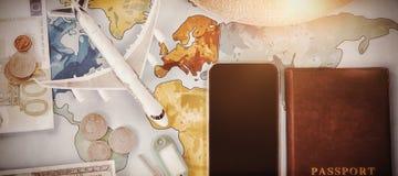 Забавляйтесь самолет с валютой и пасспорт smartphone на карте Стоковые Изображения RF