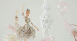 Забавляйтесь танцор маленькой девочки, маленькая балерина представляя на белой предпосылке видеоматериал