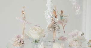 Забавляйтесь танцор маленькой девочки, маленькая балерина представляя на белой предпосылке акции видеоматериалы