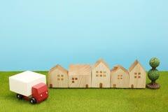 Забавляйтесь тележка и дома автомобиля на зеленой траве Стоковые Фотографии RF