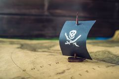 Забавляйтесь череп и косточки флага пирата шлюпки на карте мира настольных игр игровой площадки handmade Стоковые Фотографии RF